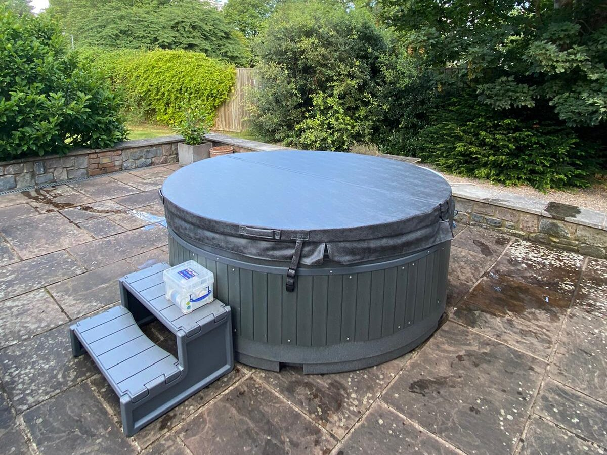 Orbis solid tub with blue sky